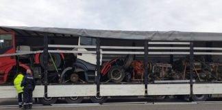 Auf dem Sattelzug, der von den Niederlanden in den Irak fahren sollte, befanden sich zwei mittels Schneidbrenner durchtrennte Sattelzugmaschinen, sowie vier katastrophal gesicherte LKW-Motoren samt ihren Getrieben. (Foto: Polizei RLP)