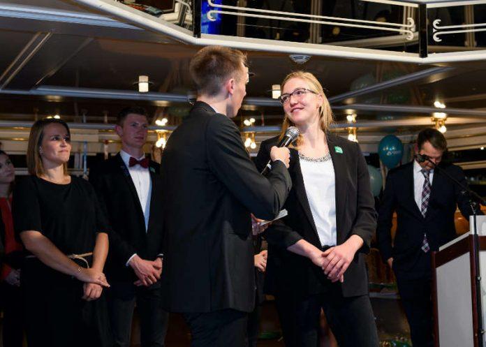 Sarah Brüßler beantwortet fragen zu ihrer Saison. Im Hintergrund stehen Trainerin Maren Knebel & Athlet Jan Bechtold (links) sowieTrainer Ralf Straub (rechts). (Foto: GES-Sportfoto/Helge Prang)