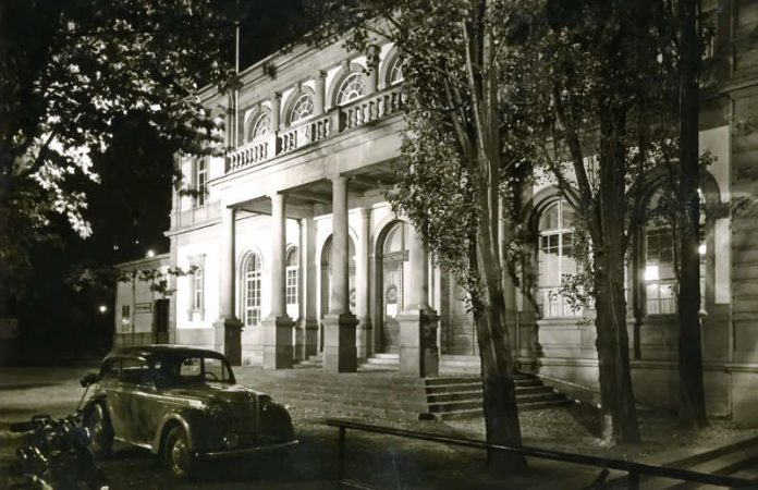 Das Titelbild des Kalenders zeigt den Saalbau in den 1950er Jahren. (Foto: Neustadt an der Weinstraße)