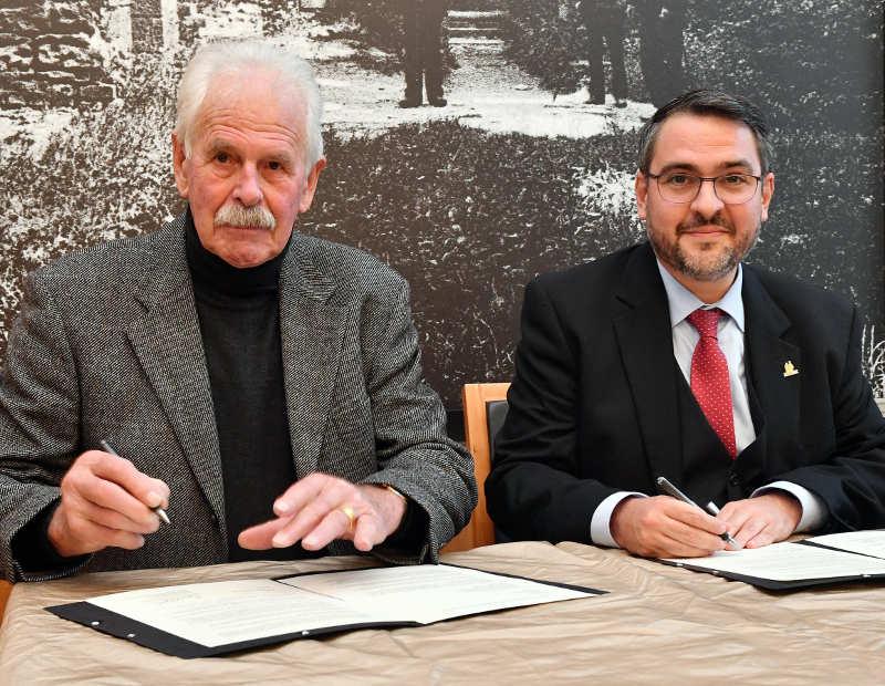 Bildhauer Theo Rörig (l.) und Oberbürgermeister Marc Weigel bei der Unterzeichnung des Schenkungsvertrags. (Foto: Stiftung Hambacher Schloss)