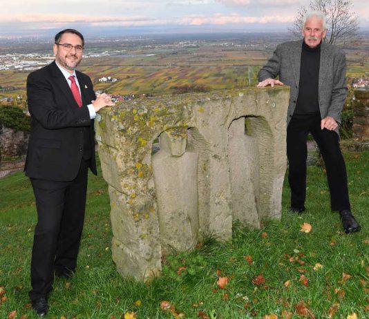 """Oberbürgermeister Marc Weigel (l.) und Theo Rörig mit der Skulptur """"9. November 1989"""" im Hambacher Schlosspark. (Foto: Stiftung Hambacher Schloss)"""