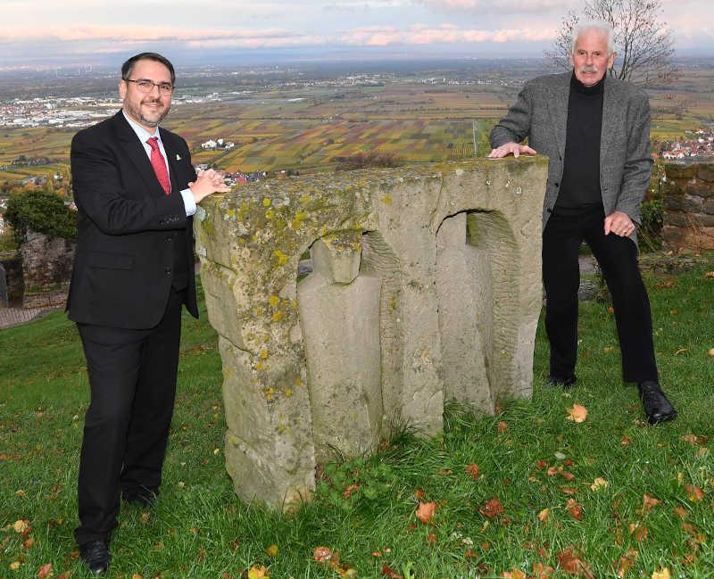 Oberbürgermeister Marc Weigel (l.) und Theo Rörig mit der Skulptur