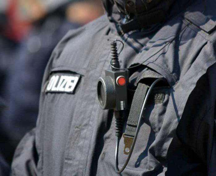 Symbolbild, Polizei, Polizist, Funkgerät, Jacke © on Pixabay