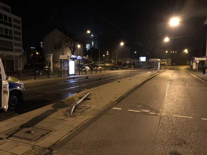 Unfallflucht mit umgefahrener Ampel in der Nacht zum Freitag (22.11.) im Grünen Weg in Kassel. Ermittler suchen beschädigten VW Passat, Baujahr 1996 bis 2005, und bitten um Hinweise