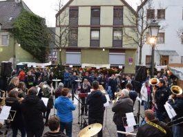 (Stadt Sinsheim): Rund um die Evangelische Kirche herrscht Weihnachtsstimmung pur