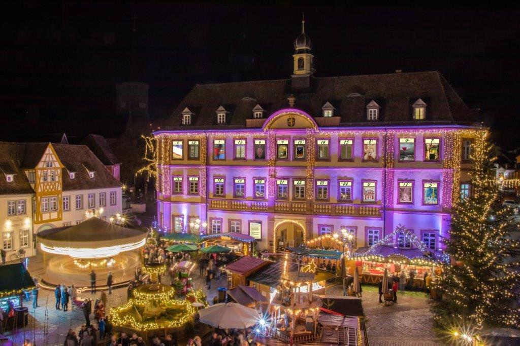 XXL-Adventskalender am Neustadter Rathaus (Foto: T. Schimmele, Collage: R. Hauck)