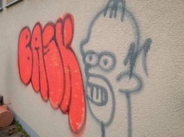 Die Rückseite der Grundschule in Mühlheim wurde mit Graffiti beschmiert. (Foto: Polizei RLP)