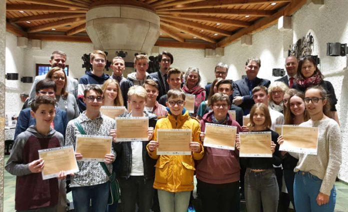 Für die Schülerinnen und Schüler gab es ein Zertifikat, für die Mentorinnen und Mentoren eine Flasche Wein als Dankeschön. (Foto: Stadtverwaltung Neustadt)