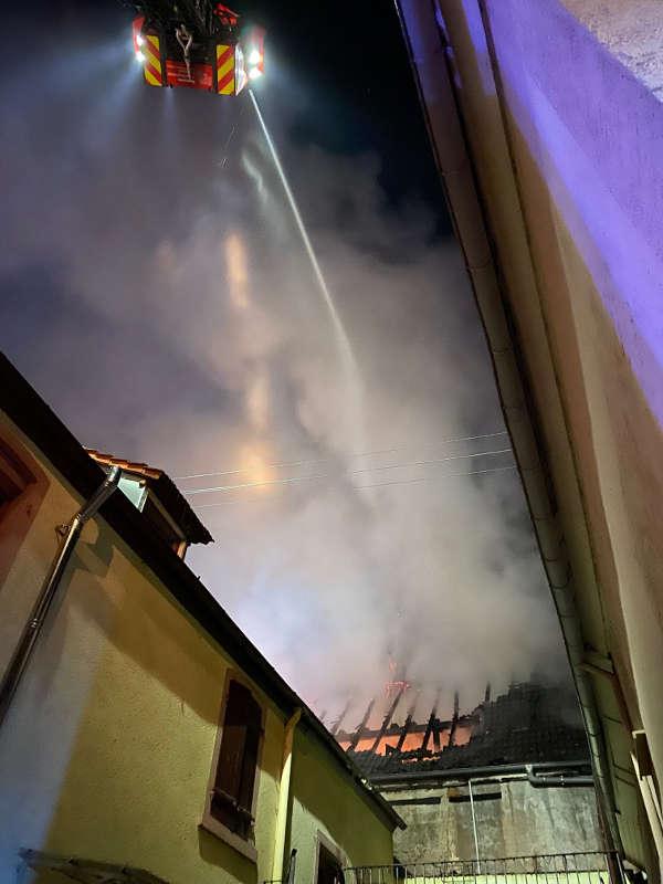 Das Gebäude stand in Vollbrand (Foto: Presseteam Feuerwehr VG Edenkoben)