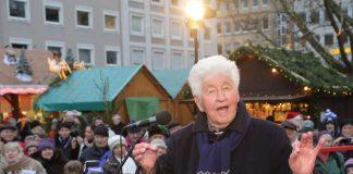 Zum Weihnachtssingen gastiert Gotthilf Fischer am Nikolaustag auf dem Karlsruher Christkindlesmarkt und verteilt den weltgrößten Dambedei an die Besucherinnen und Besucher. (Foto: Stadt Karlsruhe)