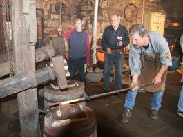 Schmiede und Helfer bei der Arbeit mit dem Hammerwerk (Foto: Tanja und Harald König)