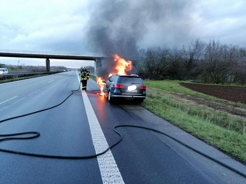 Der brennende PKW (Foto: Feuerwehr Haßloch)