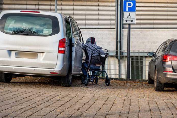 Parken auf einem Behindertenparkplatz - So ist es richtig
