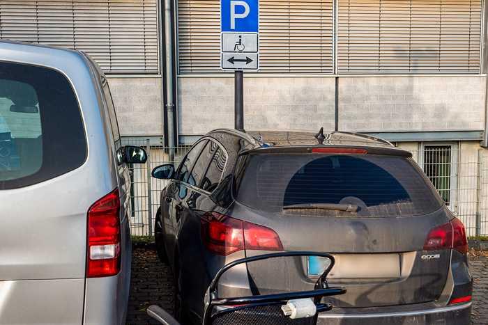 Parken auf einem Behindertenparkplatz - So sollte es nicht sein