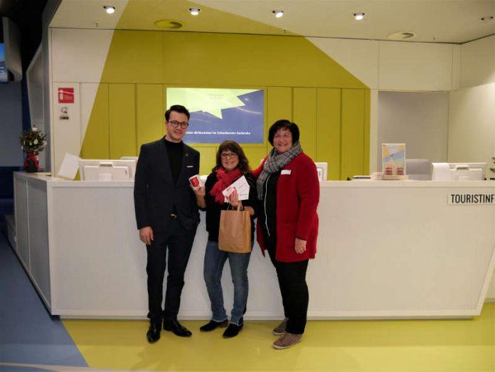 Die Gewinnerin Marie Brunner konnte ihren Preis von Robin Schuster, Geschäftsführung die neue Welle, und Susanne Wolf, Leiterin der Tourist-Information Karlsruhe entgegen nehmen. (Foto: KTG Karlsruhe Tourismus GmbH)