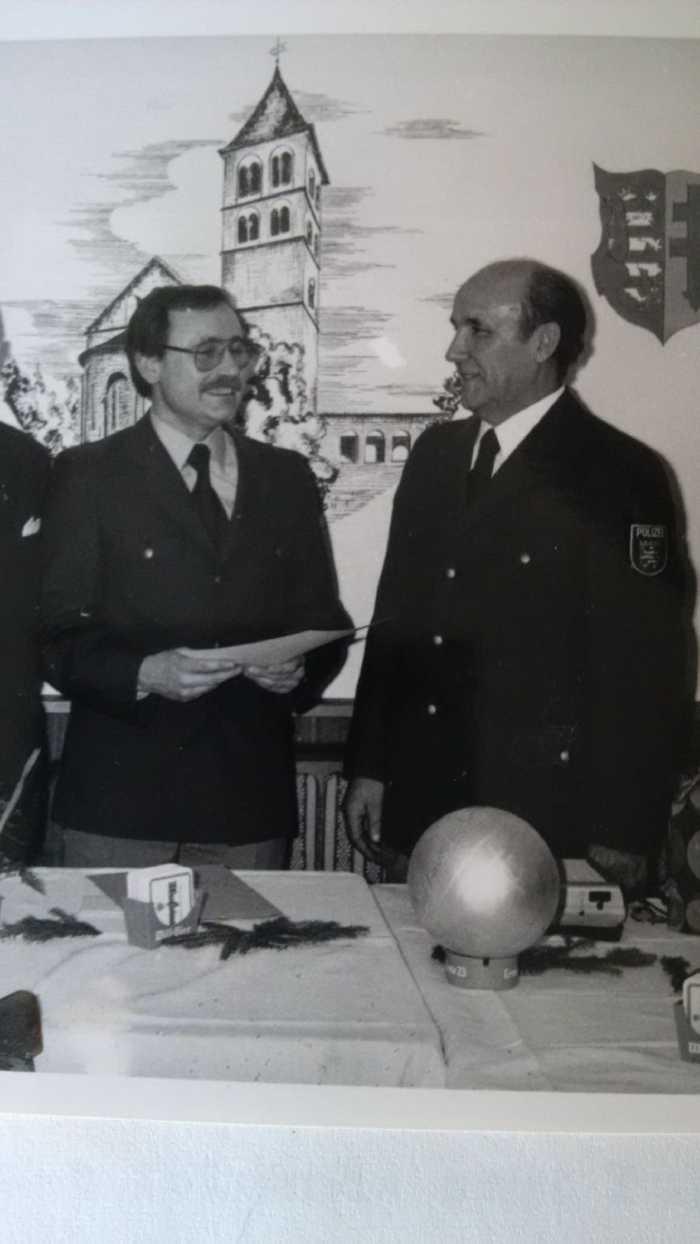 Verabschiedung PHM Orbach (rechts) durch PHK Kuntze (links) im Jahr 1979