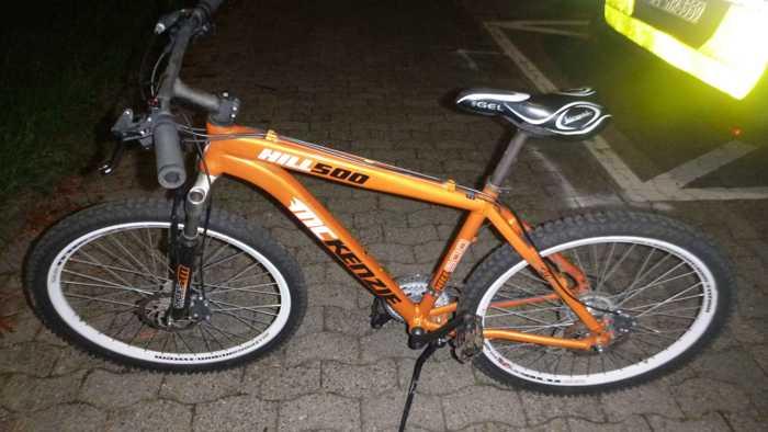 Wem gehört das orange Mountainbike
