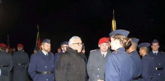 Das Treuebekenntnis wurde durch den Innenminister und den drei Kommandeuren mit den vorgetretenen Vertrauenspersonen per Handschlag an der Truppenfahne bekräftigt. (Foto: Bundeswehr/Frank Wiedemann)