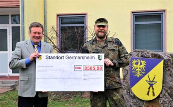 Übergabe der Spendensammlung (Foto: Bundeswehr/OSG Sven Waschke)