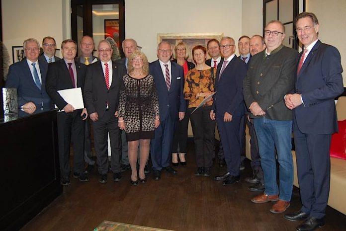 Ende Dezember hat Landrat Ihlenfeld verschiedene Verwaltungsratsmitglieder mit der Eberle-Medaille geehrt und auch einige verabschiedet. (Foto: Sparkasse Rhein-Haardt)