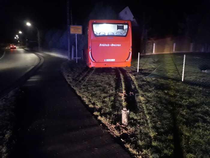 Bus kommt von Fahrbahn ab
