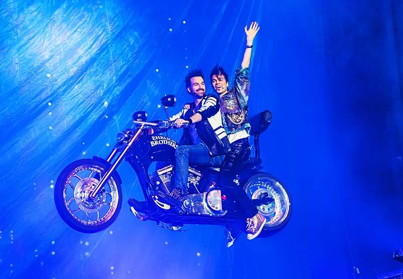 EHRLICH BROTHERS - DREAM + FLY - Eröffnung fliegendes Motorrad (Foto: Ralph Larmann)