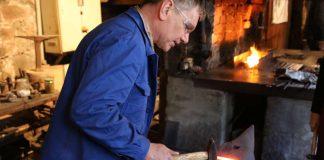 Werkstattleiter Markus Urban am Amboss (Foto: Tanja und Harald König)