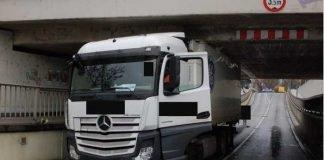 LKW steckt in Unterführung fest
