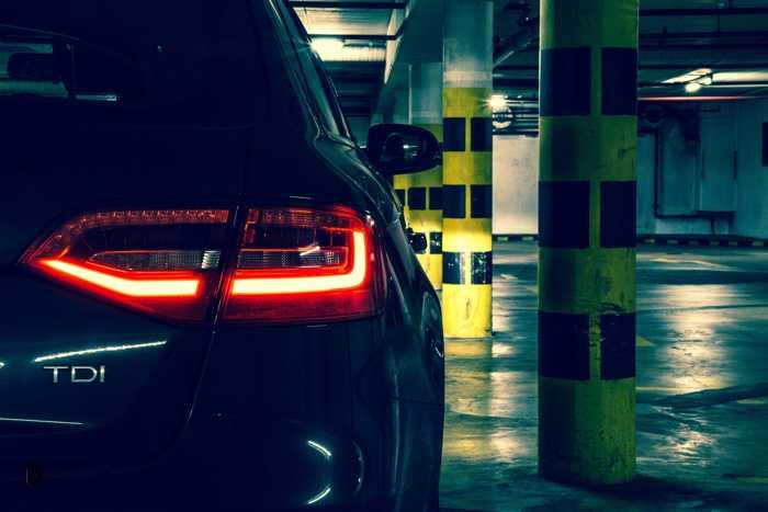 Symbolbild, Parken, Tiefgarage, Parkhaus, Auto Rücklicht, Dunkel, Bedrohlich, Einsam, Unheimlich © on Pixabay