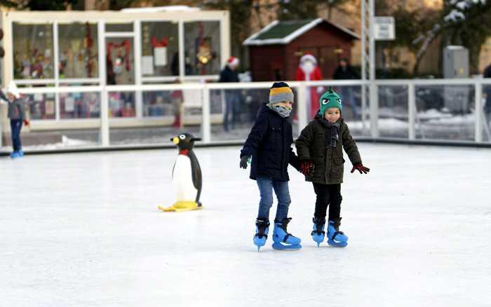 Symbolbild, Weihnachten, Eisbahn, Schlittschuh laufen, Kinder, draussen © Mircea Iancu on Pixabay