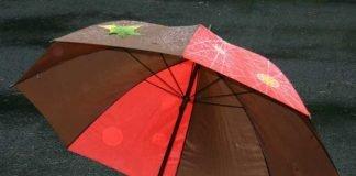 Symbolbild, Wetter, Regenschirm, Herbstfarben, Stockschirm, nass, geöffnet © on Pixabay