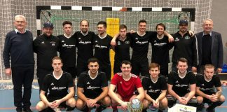 Futsal-Meister SG Meisenheim/Desloch-Jeckenbach, rechts SWFV-Präsident Dr. Hans-Dieter Drewitz, links Jürgen Veth (1. Vizepräsident SWFV) (Foto: SWFV)