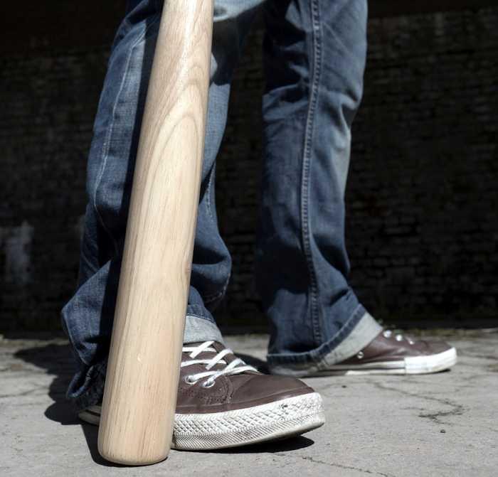 Symbolbild, Waffe, Baseballschläger, Beine und Füsse, Drohnung, Gewalt © B_A on Pixabay
