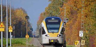 Symbolbild, Zug, S-Bahn, Regio-Bahn, Einfahrt Haltepunkt, Gleise, Tag © Erich Westendarp on pixabay