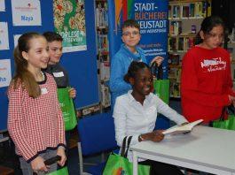 Am Tisch sitzt Tamisha Otieno. Stehend von links nach rechts: Maya Andres, Roman Schefer, Logan Trösch, Serafina Mae Puri. (Foto: Sonja Clemens)