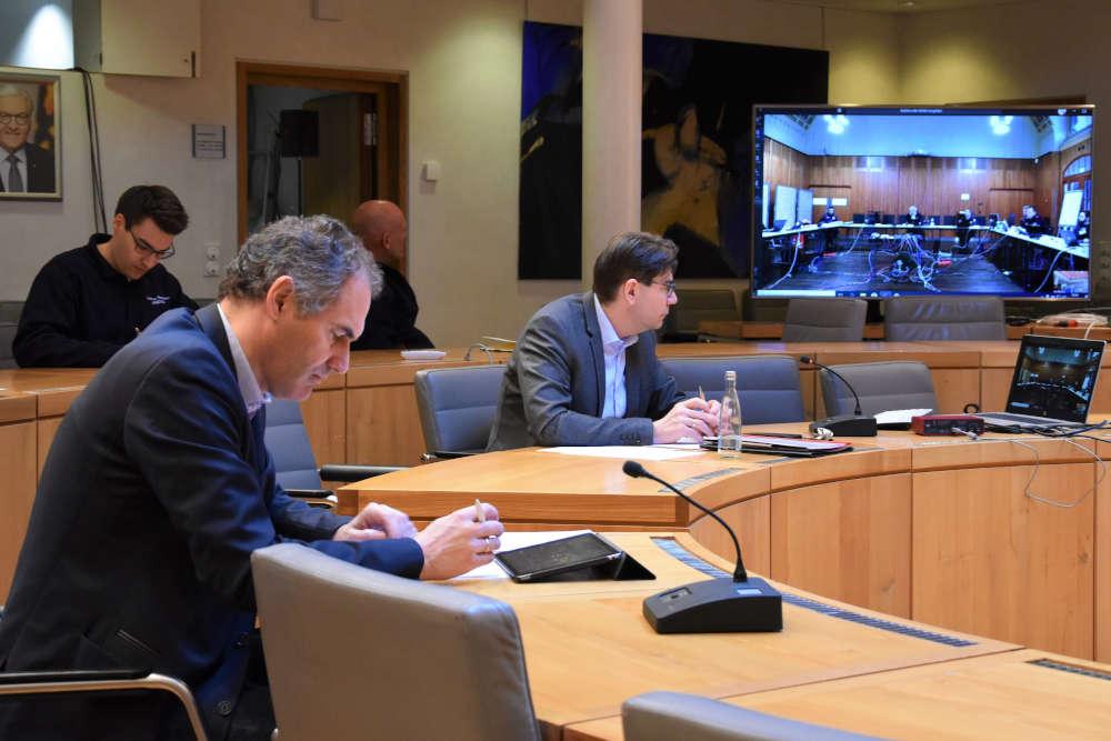OB Thomas Hirsch (r.) und Landrat Dietmar Seefeldt bei der Lagebesprechung zur Einrichtung eines gemeinsamen Katastrophenschutzstabs. (Foto: Stadt Landau)