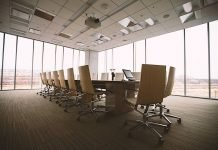 Symbolbild Unternehmen Konferenzraum (Foto: Pixabay/Free-Photos)