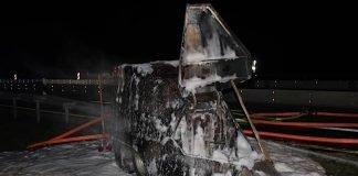 Der Blitzer-Anhänger stand in Vollbrand und wurde durch die Feuerwehr gelöscht (Foto: Polizei RLP)