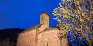 Erstrahlt in warm-weißem Licht: Nikolauskapelle bei Klingenmünster (Foto: LANZ Manufaktur Germany GmbH)