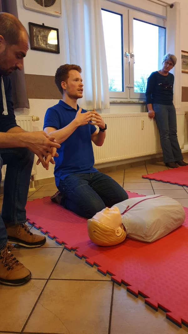 Benjamin Wieland erläutert die Herz-Druck-Massage im Praxisteil der Schulung (Quelle: Verein)
