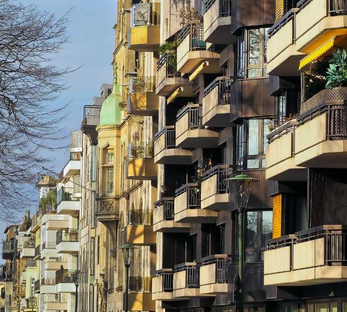 Symbolbild, Wohnhäuser, Fassaden, Balkone © Michael Gaida on Pixabay