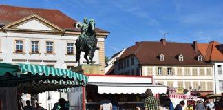 Der Landauer Wochenmarkt – hier ein Bild aus Vor-Corona-Zeiten – dient der Nahversorgung mit frischen und regionalen Lebensmitteln. (Foto: Stadt Landau)
