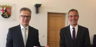 Dr. Christof Berthold (l.) erhielt die Ernennungsurkunde von Dr. Lars Brocker (Foto: Oberverwaltungsgericht RLP)