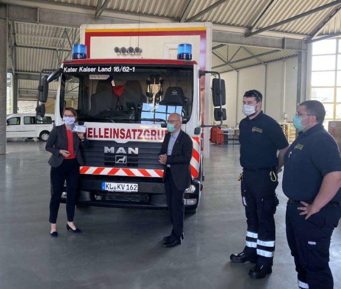 Bildungsministerin Stefanie Hubig sowie der Präsident des Landesamts, Detlef Placzek, und Kollegen der Feuerwehr des Landkreises Kaiserslautern (Foto: Ministerium für Bildung)