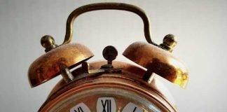 Symbolbild, Zeit, Wecker, alt, Uhr Glocke, Kupfer, römische Ziffern © on pixabay