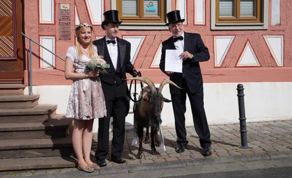 Übergeben den Tributbock an die Stadt Deidesheim: v.l.: Alessa Grimm, Steffen Kern und Stadtbürgermeister Karl-Günter Müller (Foto: Holger Knecht)