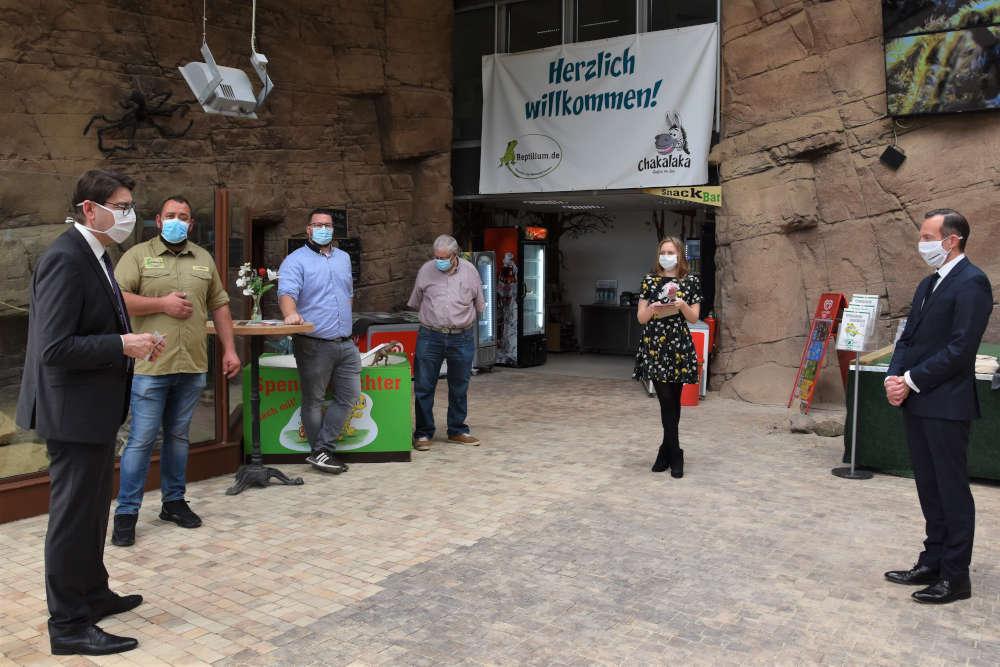 Minister Dr. Volker Wissing und Landaus Oberbürgemeister Thomas Hirsch besuchten das Reptilium (Foto: Stadt Landau)