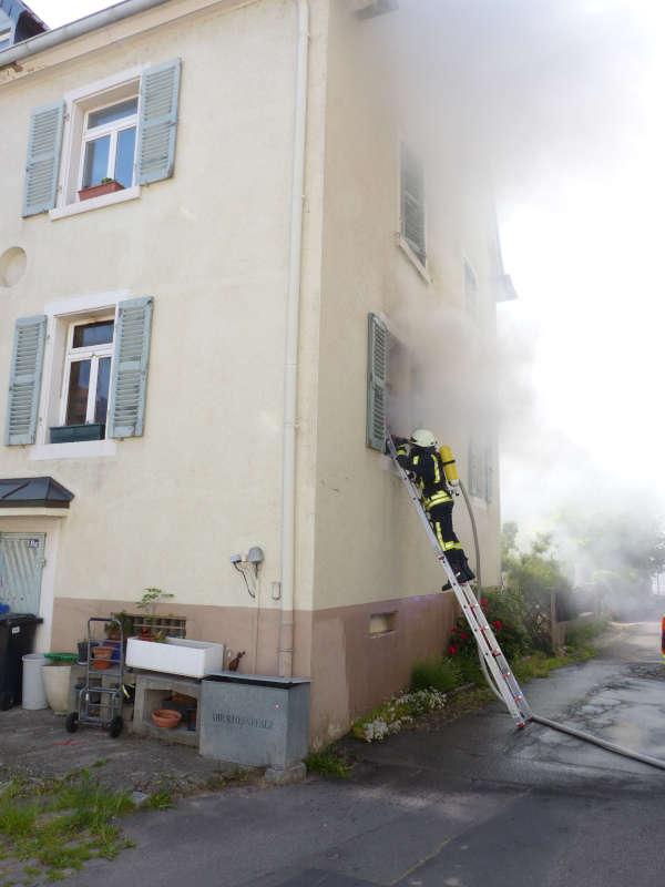 Angriff von außen über Steckleitern (Foto: Feuerwehr Neustadt)