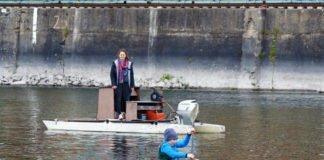 Ein kleiner Kanute genießt die Intensivbetreuung. In Corona-Zeiten geht es nur in Kleingruppen auf das Wasser. (Foto: Martina Tirolf)