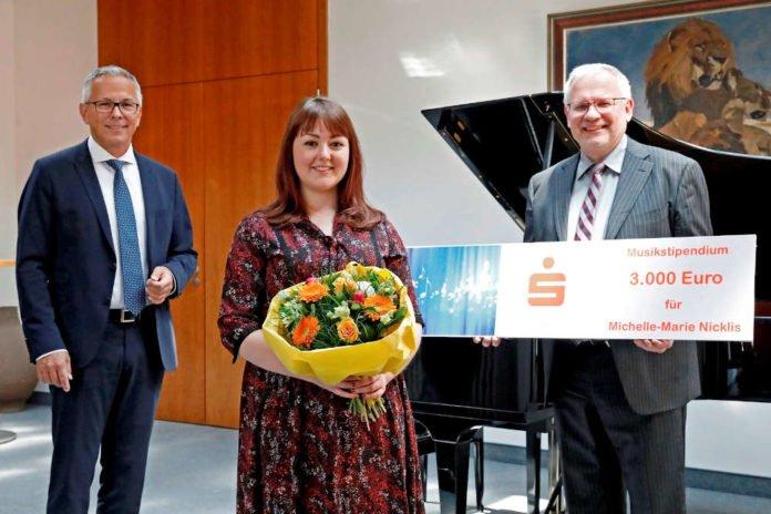 v.l.: Andreas Ott, Vorstandsvorsitzender der Sparkasse Rhein-Haardt, Michelle-Marie Nicklis, Hans-Ulrich Ihlenfeld, Landrat (Foto: Sparkasse Rhein-Haardt)